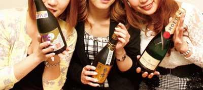 女の子がシャンパンを持っているイメージ